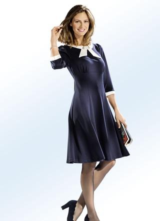 Bezauberndes kleid mit zierschmuck kn pfen damen for Brigitte hachenburg mode
