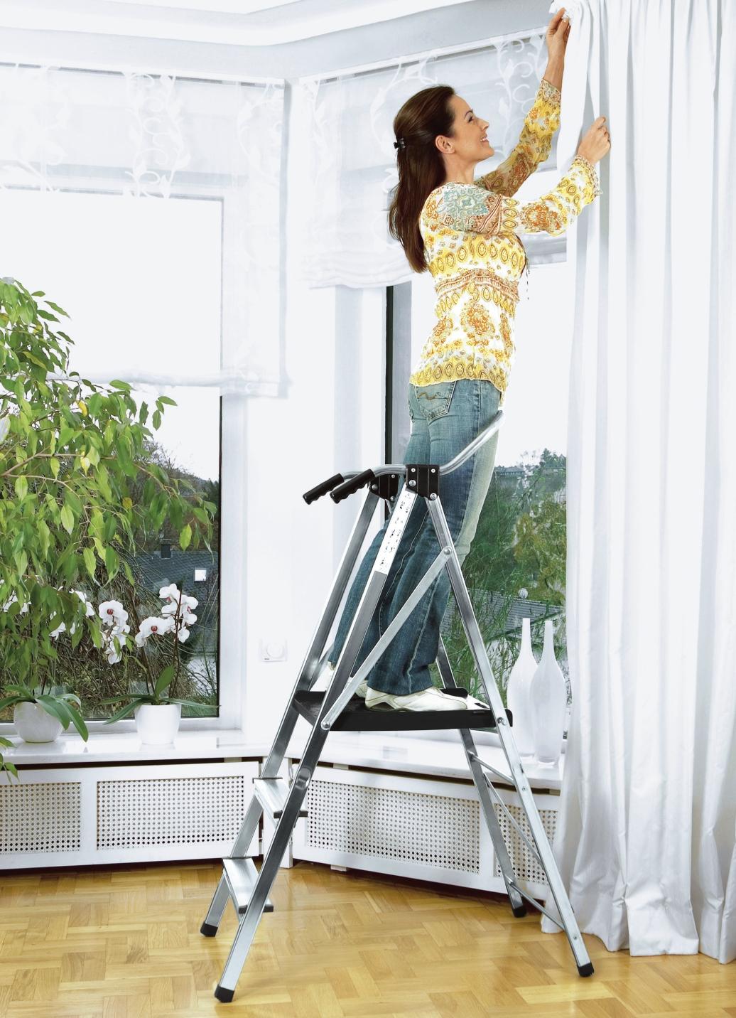 sicherheitsleiter mit gro er trittfl che und gel nder. Black Bedroom Furniture Sets. Home Design Ideas